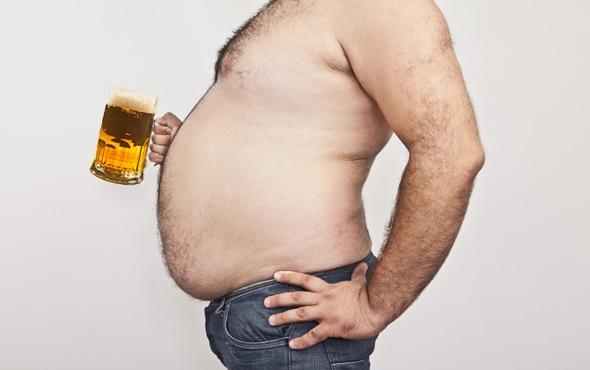 """La cerveza, una de las bebidas alcohólicas más populares en el mundo, es conocida por su sabor y preparación, pero su consumo también está relacionado con la famosa """"panza cervecera"""". (Foto: Hemeroteca PL)."""