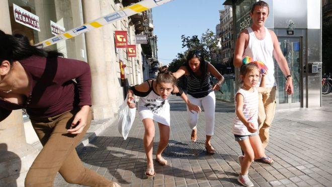 Niños y adultos huyendo de Las Ramblas de Barcelona, donde tuvo lugar un ataque terrorista el 17 de agosto. PAU BARRENA / GETTY IMAGES
