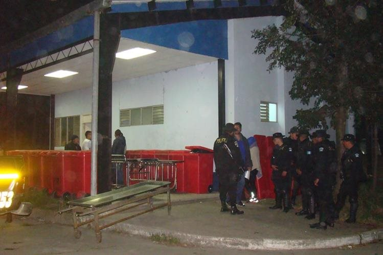 El cadáver de Francis Josué Orozco Castillo fue trasladado hacia la morgue del INACIF para que los médicos forenses le realicen la necropsia. (Foto Prensa Libre: Whitmer Barrera)