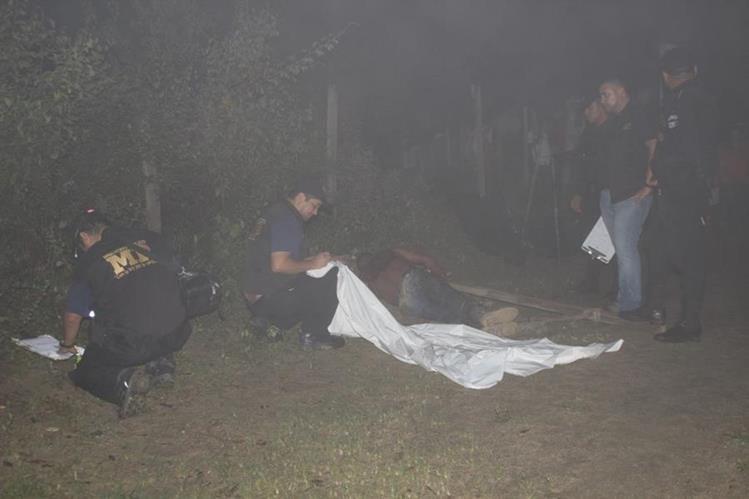 Peritos del Ministerio Público examinan el cadáver de Wilmer Rolando Morales Beteta, en la aldea El Chagüite, La Unión, Zacapa. (Foto Prensa Libre: Víctor Gómez)