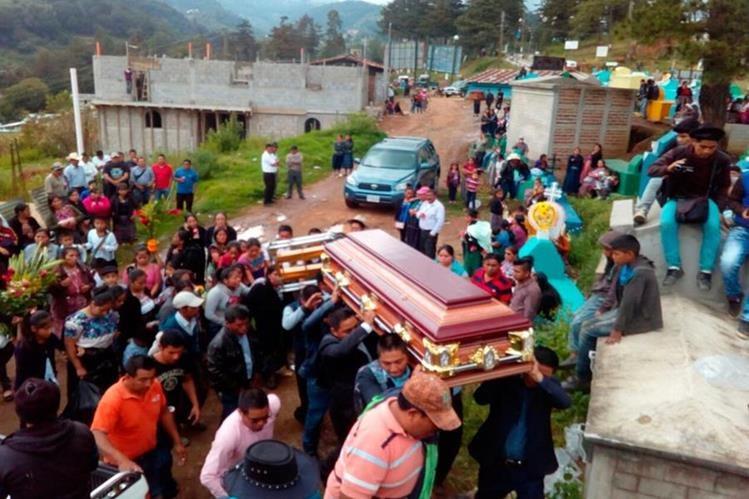 Familiares y amigos llevaron en hombros el féretro de la universitaria.(Foto Prensa Libre: Whitmer Barrera.)