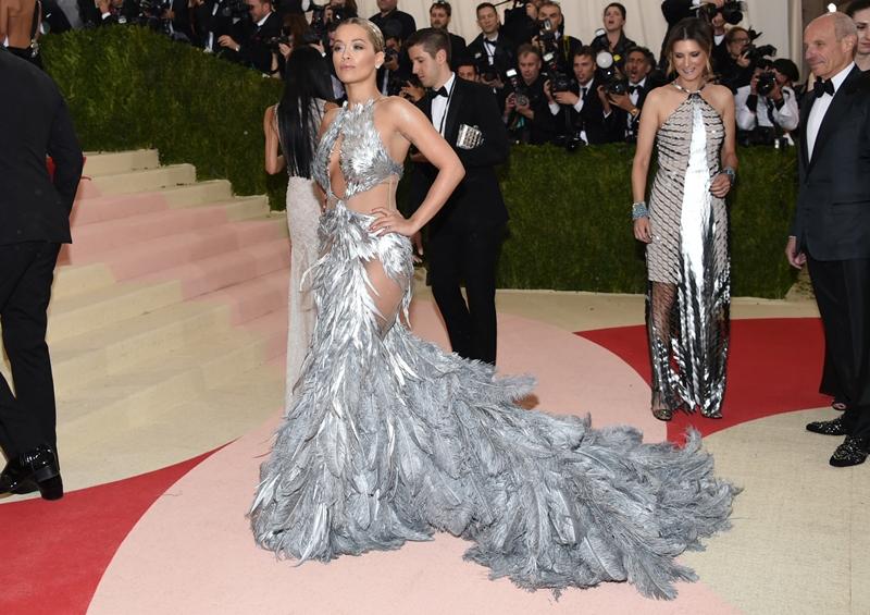 Rita Ora lució un vestido en tono plateado. (Foto Prensa Libre: AP)