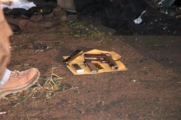 Dentro del vehículo estaban las pertenencias del militar.(Prensa Libre: Víctor Chamalé)