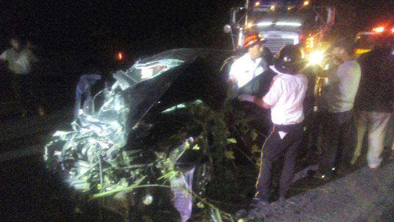 Socorristas auxilian a las personas que resultaron heridas en accidente de tránsito en Escuintla. (Foto Prensa Libre: Enrique Paredes)