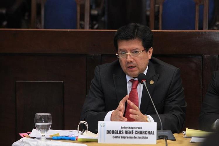 En el Congreso 136 diputados votaron a favor de retirar el derecho de antejuicio al magistrado Douglas Charchal. (Foto Prensa Libre: Ercik Ávila)
