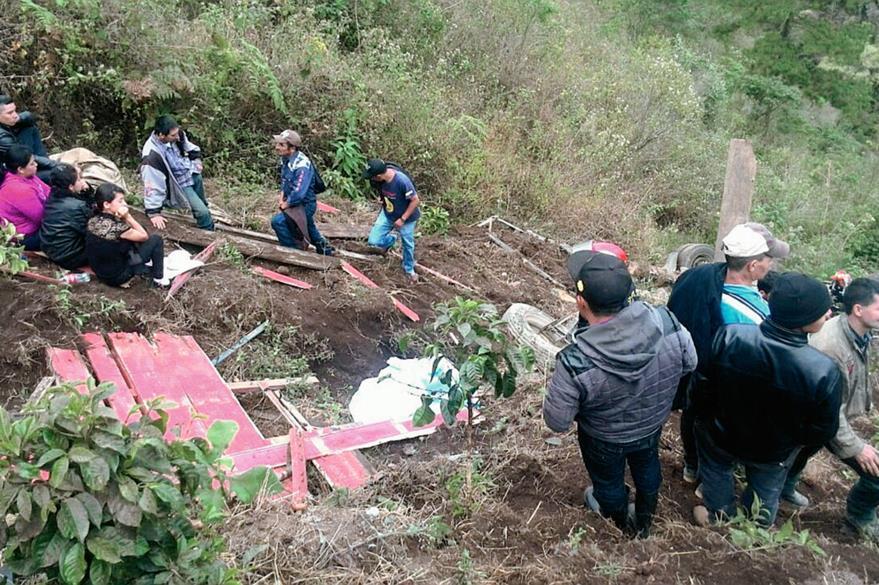 El camión que transportaba tomate  quedó destruido al caer al barranco ( Foto Prensa Libre: Erick Ávila).