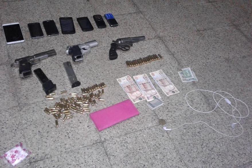 Armas y teléfonos móviles decomisados a un grupo de presuntos delincuentes en Chicacao, Suchitepéquez. (Foto Prensa Libre: Melvin Popá)