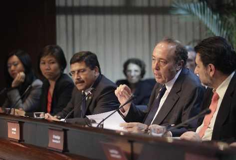 Lorenzo Fligliuoli, jefe de la misión del FMI —centro—, junto al presidente del Banguat, Édgar Barquín, y otros integrantes de la misión internacional.