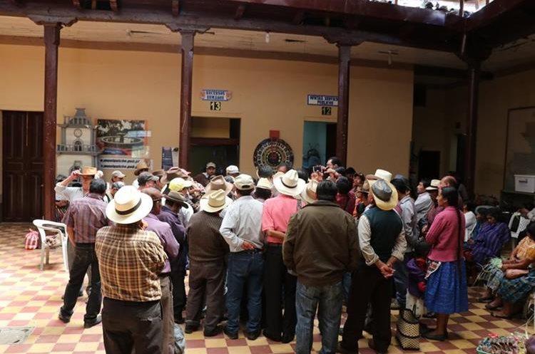 Dirigentes de Pueblos Kiche´s piden explicación al alcalde sobre la remodelación del parque. (Foto Prensa Libre: Héctor Cordero)