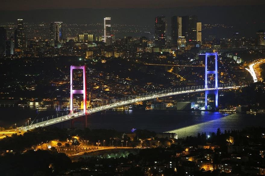 Vista del puente Bosporus que fue clausurado por los militares rebelados y en donde se produjo una balacera. (Foto Prensa Libre: AP).