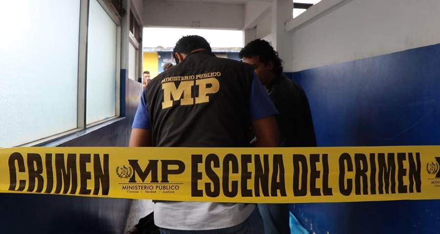 Peritos del Ministerio Público procesan la escena donde murió Luis Arturo Flores. (Foto Prensa Libre: Hugo Oliva)