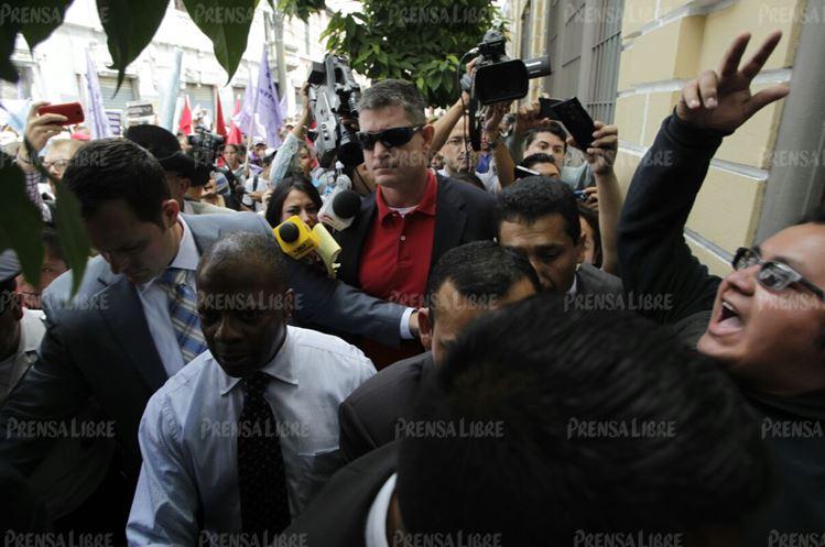 """A la salida, los manifestantes empezaron a insultarlo diciéndole """"ladrón""""  y """"gringo basura"""". (Foto Prensa Libre: E. Bercian)"""