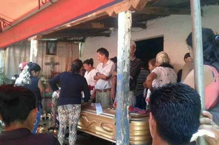 Familiares y amigos durante el sepelio de Leydi Fajardo en el cementerio general de Santa Cruz Naranjo, Quiché. (Foto Prensa Libre: Oswaldo Cardona)