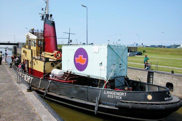 El barco Langenort fletado por la oenegé Women on Waves antes de vijar a Polonia en el 2003.