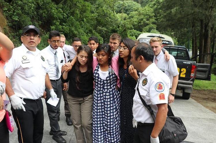 Al menos tres religiosos resultaron heridos por colisión contra autopatrulla. (Foto Prensa Libre: Renato Melgar)