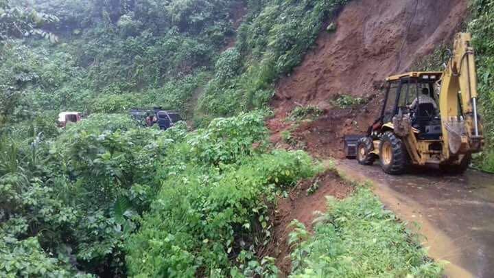 Maquinaria de la comuna de Pueblo Nuevo remueve la tierra para despejar el paso. (Foto Prensa Libre: Cristian Icó)