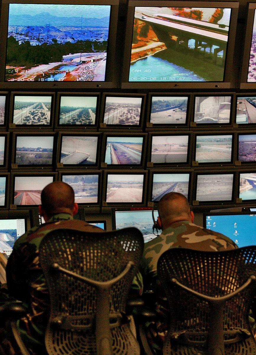 Efectivos de la Guardia Nacional de Arizona monitorean la frontera de EEUU con México.(AP).