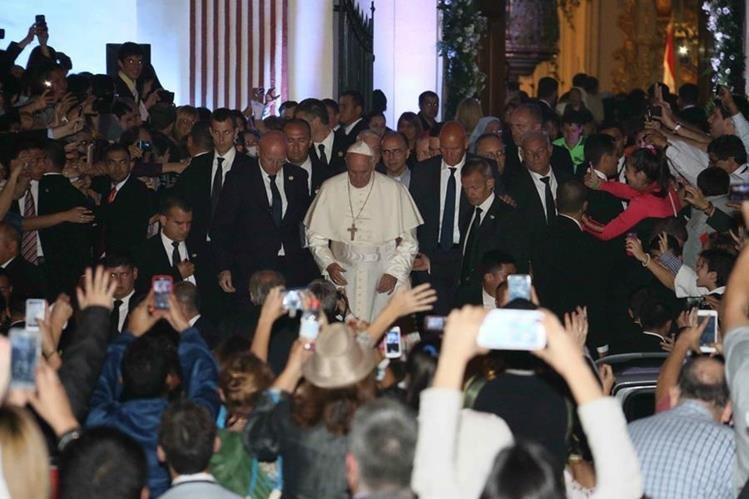 El Papa llega a la Catedral de Asunción. (Foto Prensa Libre: EFE)