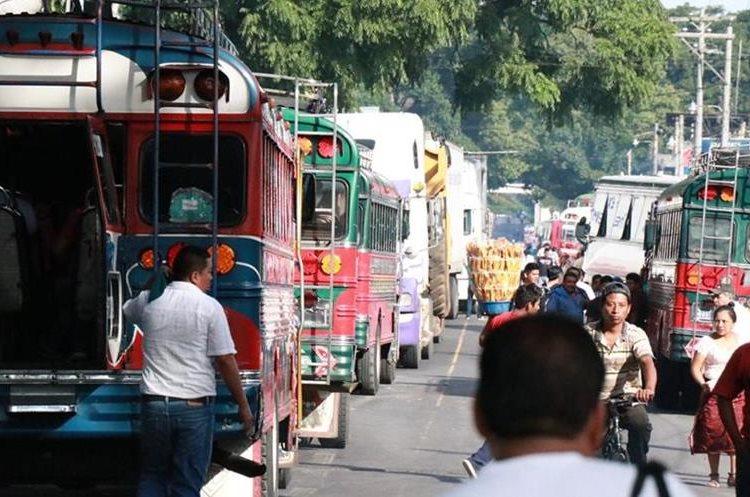 Debido al bloqueo del Km 113, Cocales, Suchitepéquez, cientos de vecinos se quejaron de que tuvieron caminar varios kilómetros para abordar un bus que los llevara a sus destinos. (Foto Prensa Libre: Cristian Icó)