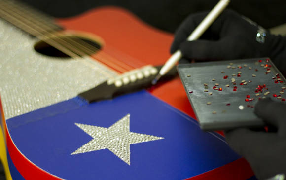 La guitarra que donará Carlos Vives es una pieza única. (Foto Prensa Libre: elcolombiano.com)