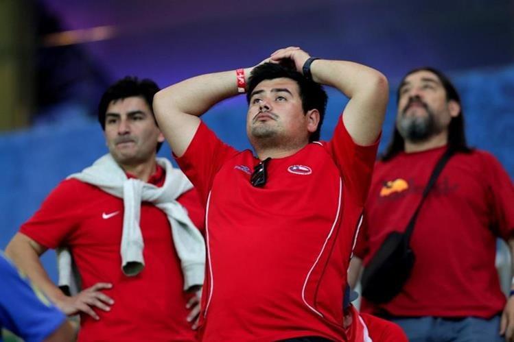 Los aficionados chilenos no pueden creer que se les esfumó el Mundial 2018. (Foto Prensa Libre: EFE)