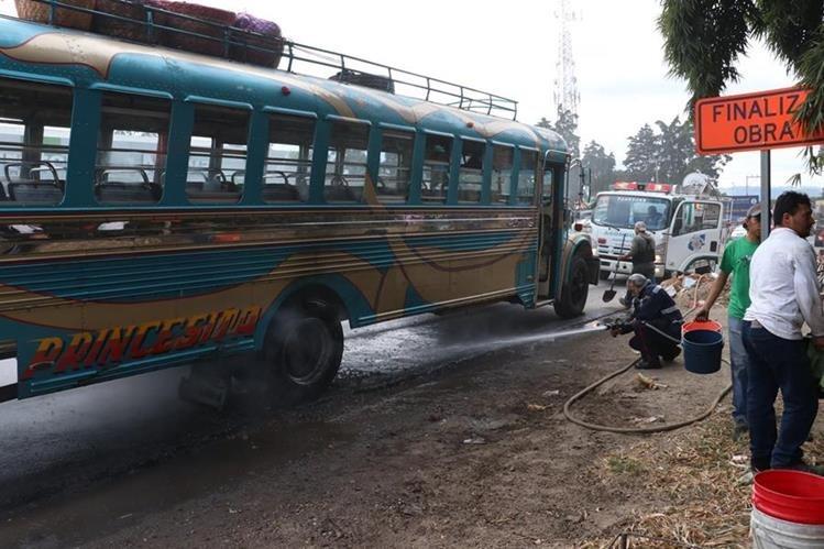 Una de las llantas traseras del autobús estalló y prendió en llamas. (Foto Prensa Libre: Víctor Chamalé)