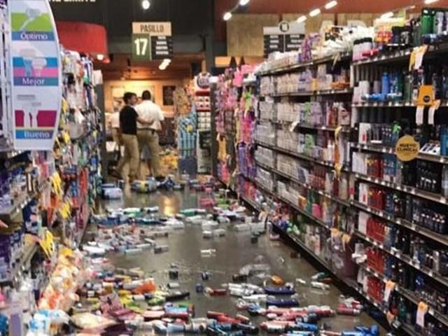 Gran cantidad de productos en los supermercados cayeron al suelo debido al sismo. (Foto: El Salvador.com)