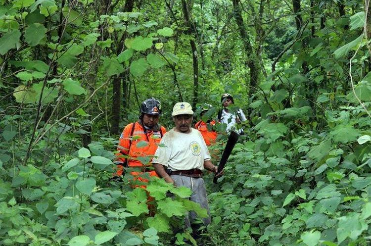 Un campesino del lugar los guía. Foto Prensa Libre: Renato Melgar.