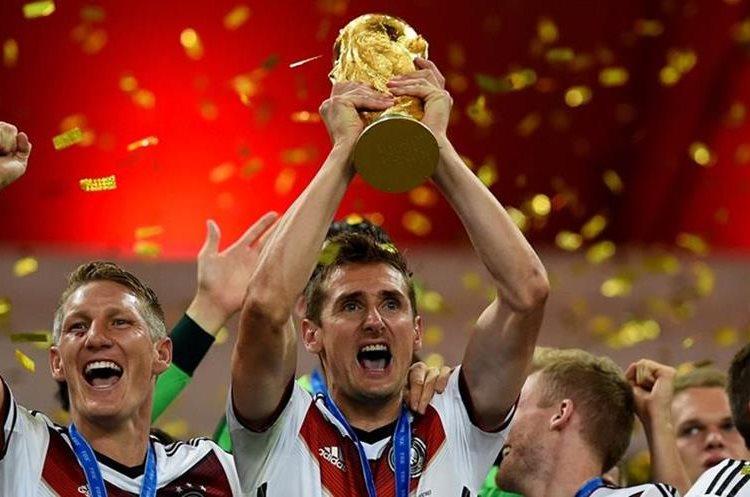 Klose se coronó campeón del mundo con Alemania en Brasil 2014 y es el máximo anotador en los mundiales con 16 goles. (Foto Prensa Libre: Hemeroteca)