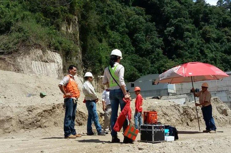 Equipos de Conred hacen el trabajo en El Cambray. (Foto: Muni Santa Catarina Pinula)