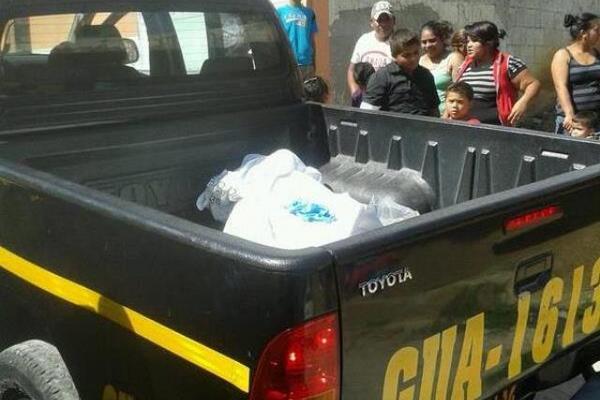 El cuerpo de una mujer no identificada fue localizado en un sector de San Juan Sacatepéquez. (Foto Prensa Libre: CBMDEPTAL)