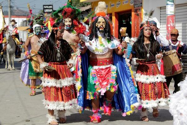<p>Danza de la Conquista de Guatemala durante el desfile de la Cultura Viva, en Rabinal. (Foto Prensa Libre: Carlos Grave)</p>