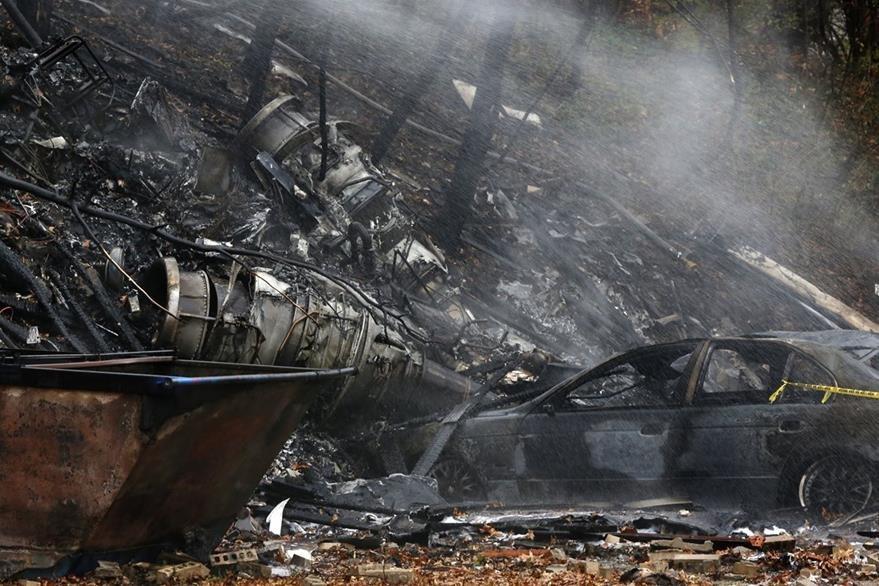 Varios vehículos fueron destruídos por el fuego. (Foto Prensa Libre: AP).