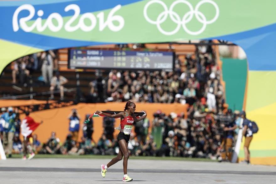 Jemima Jelagat Sumgong celebra su victoria en el sambódromo.(Foto Prensa Libre: AFP)