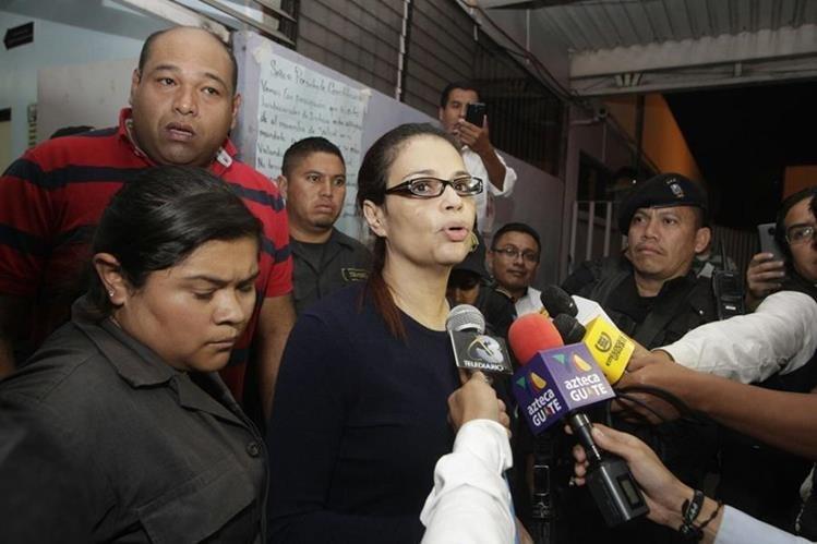 Baldetti sale del Hospital y asegura que su vida corre peligro por falta de atención médica. (Foto Prensa Libre: Edwin Bercián)