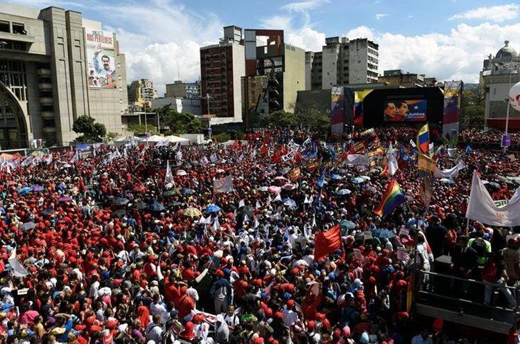 Los partidarios de Maduro, asisten a una manifestación en la plaza Diego Ibarra en Caracas, después de que el presidente presentara su solicitud de candidato presidencial. (AFP).
