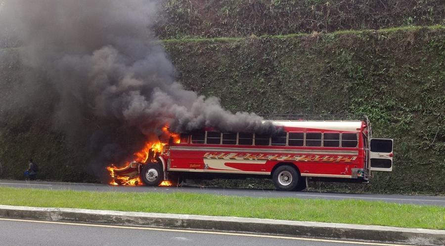 El hecho ocurrió en el km 49 de la autopista Palín – Escuintla, donde socorristas acudieron y constataron que no resultaron personas heridas. (Foto Prensa Libre: Enrique Paredes)