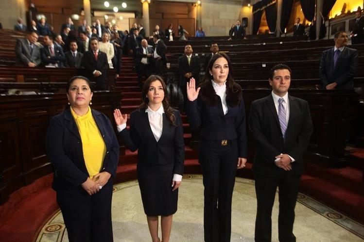 Elizabeth Nicté Paz Pineda (segunda) y Melanie Marié Müller (tercera) al momento de ser juramentadas como dirigentes de Conamigua.(Foto Prensa Libre: Hemeroteca PL)