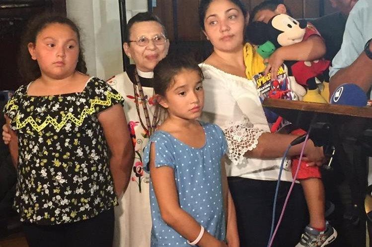 Amanda Morales y sus tres hijos permanecerán refugiados en una iglesia santuario en Washington Heights en Manhattan. (Foto Prensa Libre: Mundo Hispánico)