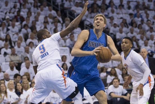 Dirk Nowitzki, en el juego frente a Oklahoma City. (Foto Prensa Libre: AFP)