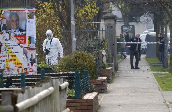 La Policía trabaja en la escena del ataque en Aubervilliers.