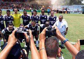 Los jugadores de Comunicaciones lucen su nueva indumentaria en Siquinalá. (Foto Prensa Libre: Norvin Mendoza)