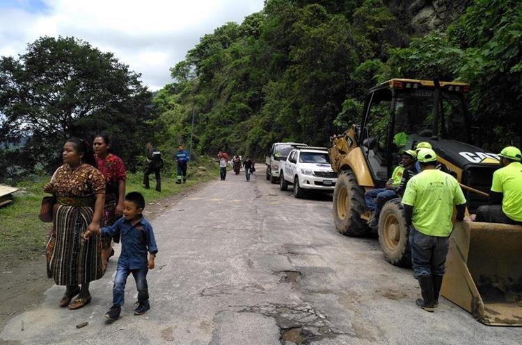 Autoridades han enviado maquinaria para limpiar el área, pero las lluvias provocan constantes derrumbes. (Foto Prensa Libre: Ángel Julajuj)