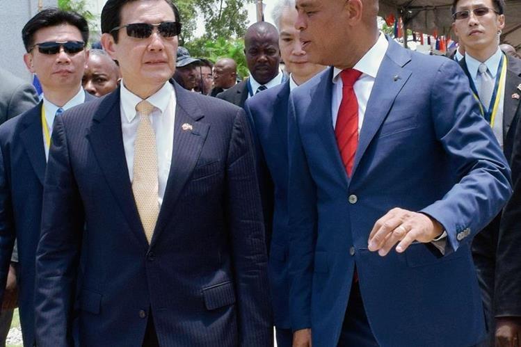 Presidente de Taiwan Ma Ying-jeou junto a su homólogo haitiano Michel Martelly en Puerto Príncipe (Haití). (Foto Prensa Libre: EFE).