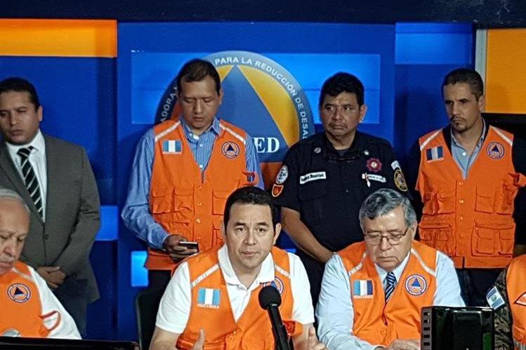 El presidente, Jimmy Morales, regresó al país y participó en una reunión de Conred. (Foto Prensa Libre: Carlos Álvarez)