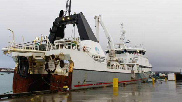 Las autoridades de Islandia obligaron a este navío pescador a que regresara al puerto cercano a Reikiavik. EPA