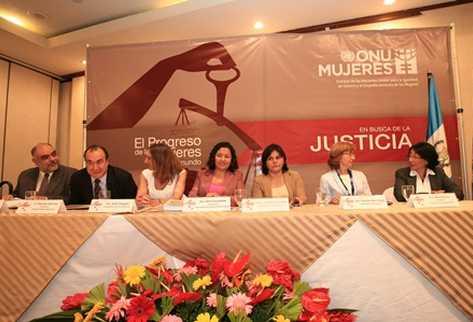 Grupo que participó en la presentación del informe  El progreso de las mujeres en el mundo . (Foto Prensa Libre: Hugo Navarro)