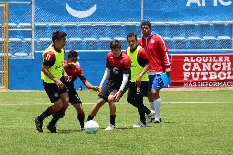El técnico Ronald Gómez durante el entrenamiento de Xelajú MC en el Mario Camposeco. (Foto Prensa Libre: Raúl Juárez).