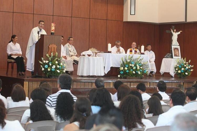 Con una misa la comunidad educativa del Liceo Javier conmemoró los nueve días de la muerte de Alex Aldana. (Foto Prensa Libre: Álvaro Interiano)
