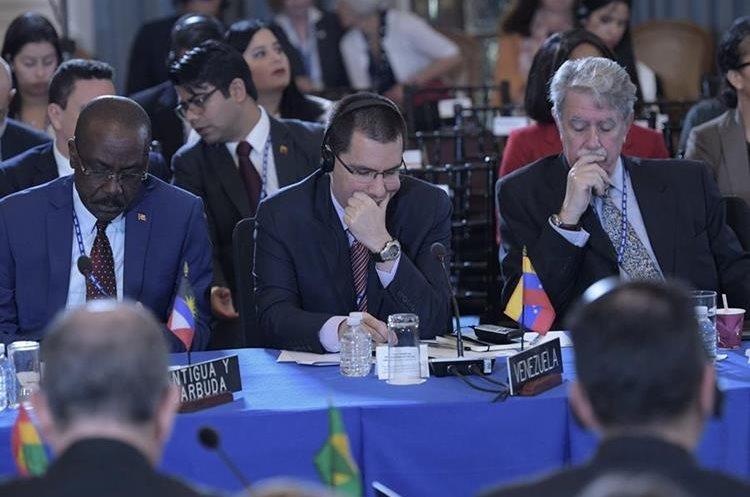 El canciller venezolano Jorge Arreaza (c), lee unos documentos durante la Asamblea General de la OEA. (EFE).